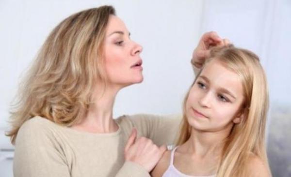 Осмотр головы ребенка на наличие вшей нужно проводить не реже чем раз в две недели