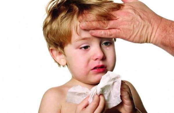 Слезоточивость и насморк - основные симптомы появления аллергии