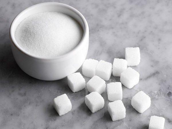 Приложите к месту укуса кусочек сахара - он вытянет яд, который выпускает оса