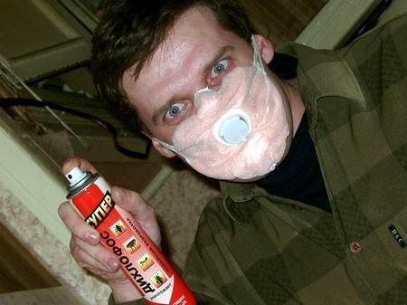 При самостоятельной обработке помещения дихлофосом оденьте защитную маску - пары токсичны