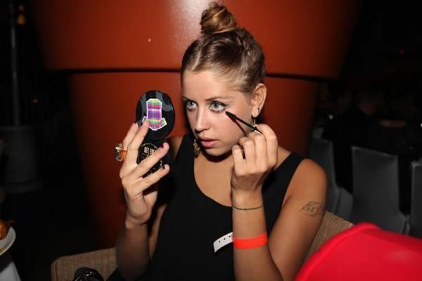 Чрезмерное увлечение косметикой - одна из причин появления лицевого клеща
