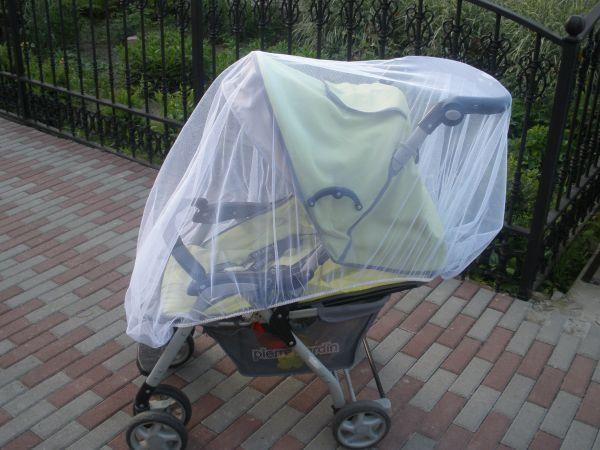 Во время прогулок с малышом надевайте на коляску специальную москитную сетку