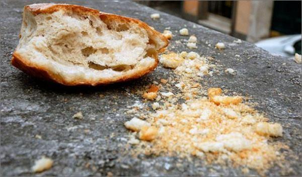 Грязь и остатки продуктов питания на столе - одна из причин появления муравьев на кухне и соответственно во всем доме