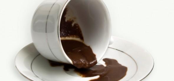 По отзывам хорошим помощником станет кофейная гуща, которую следует разложить по углам